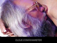 顽皮的黑发女人自慰与假阳具前硬的肛门行动