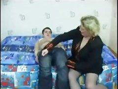 英国妓女在她的山雀吹两只公鸡在户外为射液
