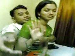 可爱的女同性恋印度年轻人害怕被抓住的