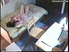 俄罗斯成熟妈妈在厨房里吸男孩的公鸡