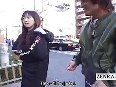 配有字幕的疯狂购物的极端日本公共场合裸体